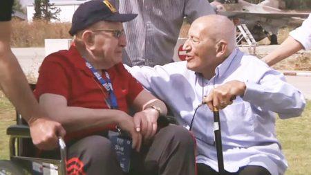 Después de 71 años veterano tiene emotivo encuentro con el hombre que lo salvó del holocausto nazi
