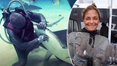 Valiente mujer buzo y dentista lleva quintado 250 anzuelos de la boca de los tiburones en el Caribe