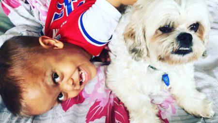 Un niño con enanismo supera el bullying gracias al cariño de un perrito con su misma condición