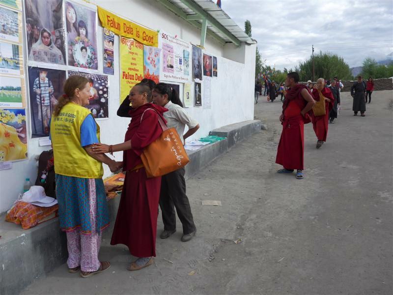 Una monja budista saluda a Chris en un puesto de Falun Dafa durante una de sus visitas anuales a un pueblo remoto de la India. (Crédito: Minghui.org)