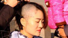 Mujeres de 4 abogados de China se rapan el pelo en protesta por la persecución a sus esposos