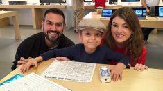 Piensa que su hijo con cáncer está en problemas en la tienda de Apple, hasta que le dan un regalo