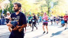 Este papá corre una maratón con su bebé con síndrome de Down en brazos por una gran razón