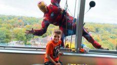 Superhéroes unen fuerzas para alegrar a niños enfermos mientras limpian ventanas de hospitales