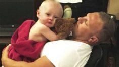 Un policía se lleva puros elogios al cuidar de un bebé que tiene una madre con un verdadero problema