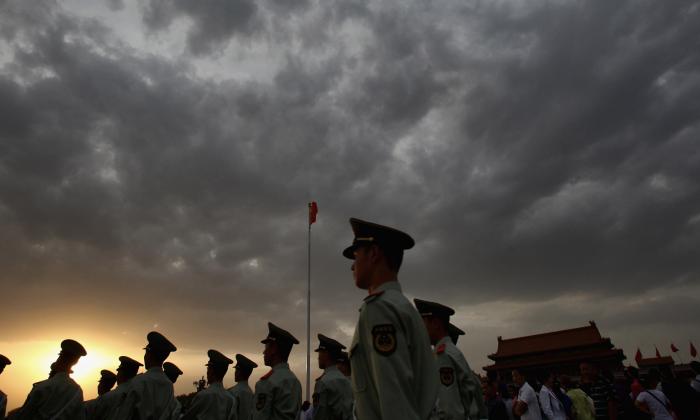 Policías paramilitares patrullan la Plaza Tiananmen en las afueras de la Ciudad Prohibida, que fue el palacio imperial chino desde la dinastía Ming hasta el final de la dinastía Qing, en Beijing, China, en esta foto de archivo. (Feng Li/Getty Images)