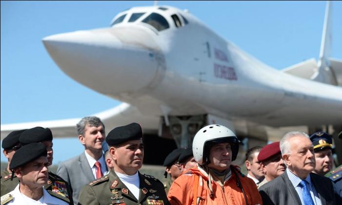 El Ministro de Defensa venezolano, Vladimir Padrino (2-izq), después de la llegada de dos bombarderos supersónicos de largo alcance estratégicos Tupolev Tu-160 al Aeropuerto Internacional de Maiquetía, justo al norte de Caracas, el 10 de diciembre de 2018. (Federico Parra/AFP/Getty Images)