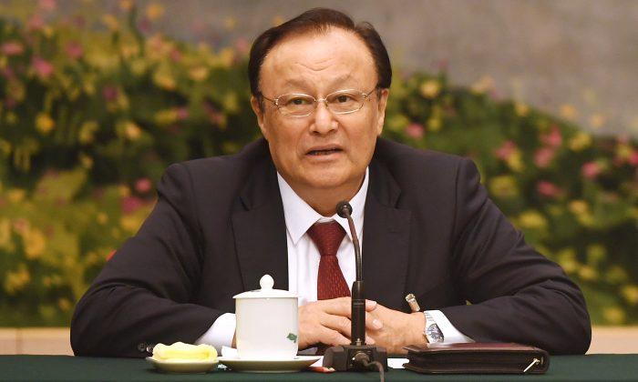 Shohrat Zakir, gobernador de la región occidental de Xinjiang, habla en la reunión de la delegación de Xinjiang durante la reunión anual de la Asamblea Popular Nacional en el Gran Salón del Pueblo en Beijing, el 13 de marzo de 2018. (GREG BAKER/AFP/Getty Images)