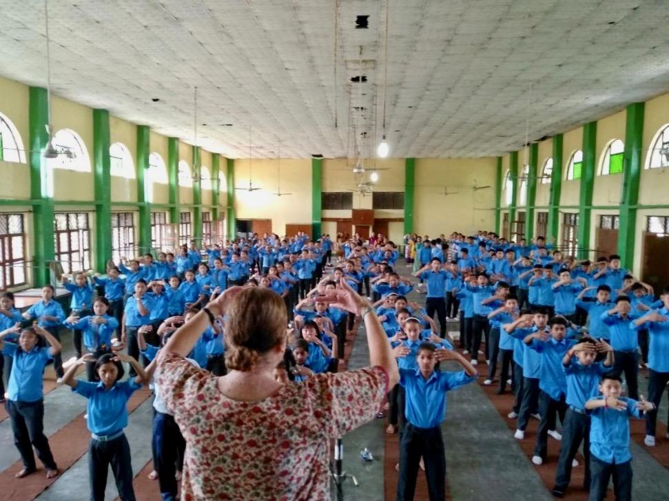 Los estudiantes de una escuela en una región remota de la India aprenden el segundo ejercicio de Falun Dafa. (Crédito: Mingui.org)