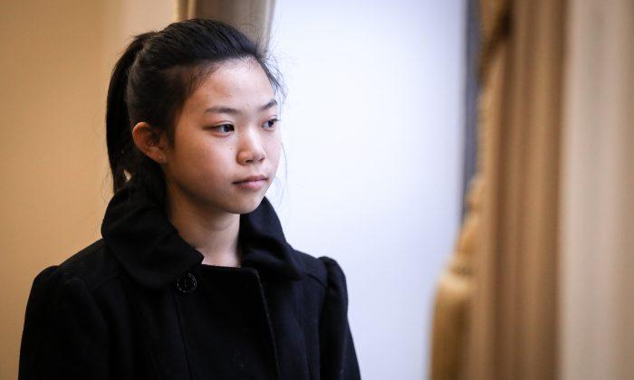"""Xinyang Xu, una joven de 17 años cuyo padre murió como resultado de la tortura que sufrió en China a causa de su creencia en Falun Dafa, en una foto después de hablar en el foro """"El deterioro de los Derechos Humanos y el Movimiento Tuidang en China"""", en el Congreso en Washington, el 4 de diciembre de 2018. (Samira Bouaou/La Gran Época)"""