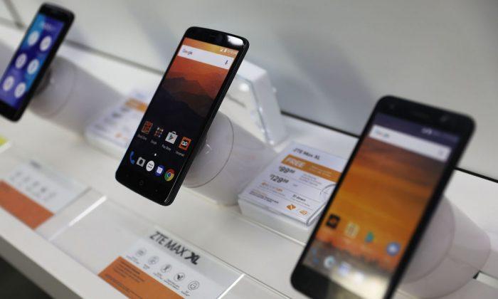 Dos teléfonos celulares fabricados por ZTE, el segundo fabricante de teléfonos inteligentes de China, se ven en un estante de una tienda en Miami, Florida, el 14 de mayo de 2018. (Joe Raedle/Getty Images)