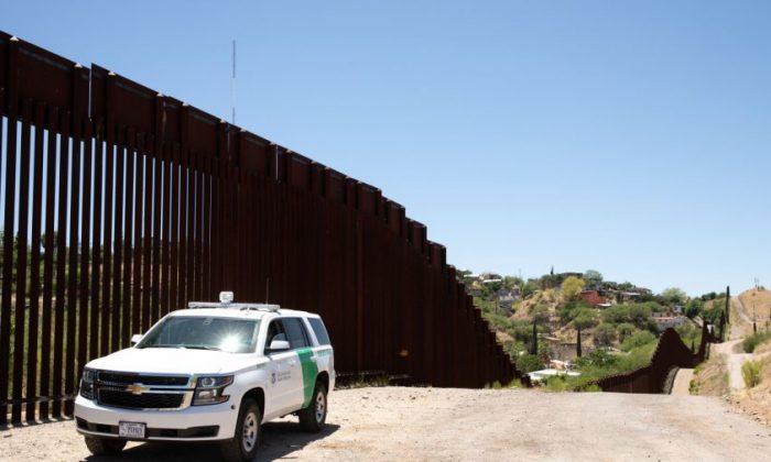 La Patrulla Fronteriza vigila la cerca de la frontera entre México y Estados Unidos en Nogales, Arizona, el 23 de mayo de 2018. (Samira Bouaou/La Gran Época)