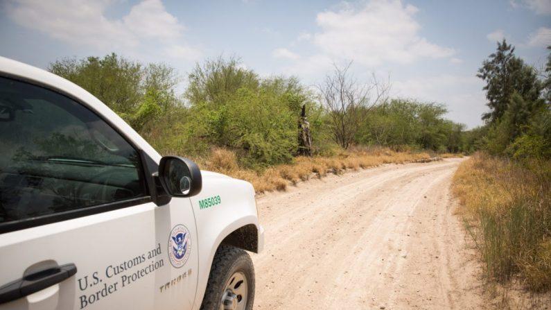Un vehículo de Aduanas y Protección Fronteriza en el desierto del Condado de Hidalgo, Texas, el 26 de mayo de 2017. (Benjamin Chasteen/La Gran Época)