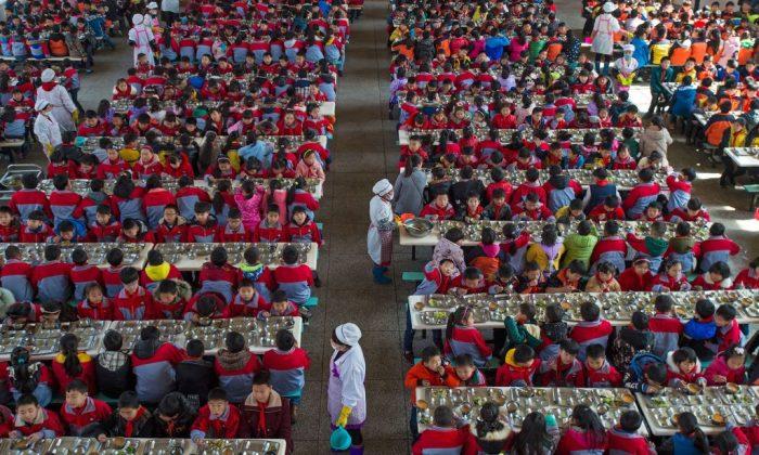 Niños comiendo en una escuela primaria en Wuhan, provincia de Hubei, al centro de China, el 7 de febrero de 2017. (STR/AFP/Getty Images)