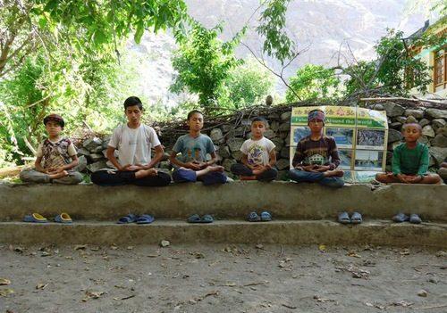 Niños de un pueblo remoto de la India practican el quinto ejercicio de Falun Dafa: la meditación. (Crédito: Falun Dafa)