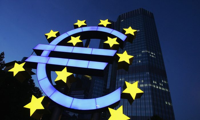 En esta foto de archivo, un enorme logo del euro se ven frente a la cede del Banco Central Europeo, 13 de junio de 2004, Frankfurt, Alemania. El reemplazo de la moneda nacional con un euro único fue un intento político de integrar las  muy diferentes naciones de la Unión Europea, según algunos analistas. (Ralph Orlowski/Getty Images)