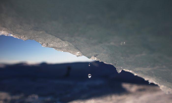 Parte del manto de hielo glaciar que cubre un 80 por ciento del país. 17 de julio de 2013, en el Manto de Hielo Glaciar, en Groenlandia. ¿Las capas de hielo polar están creciendo o encogiéndose? ¿Es el resultado de la actividad humana? ¿Necesitamos seguir preguntándolo? (Joe Raedle/Getty Images)