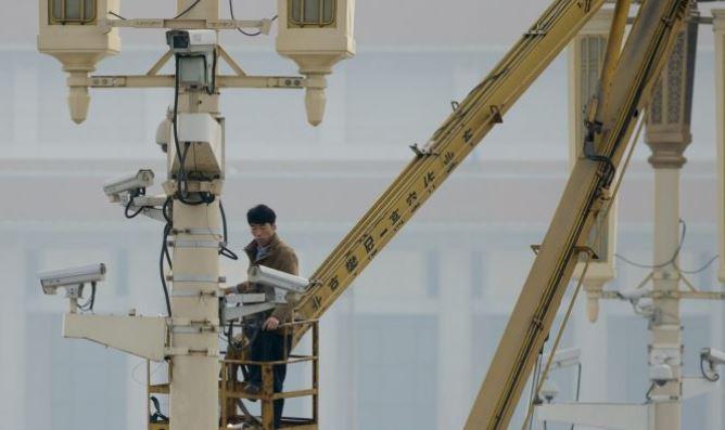 Un hombre revisa las cámaras de vigilancia en la Plaza Tiananamen en Beijing. (Ed Jones / AFP / Getty Images)