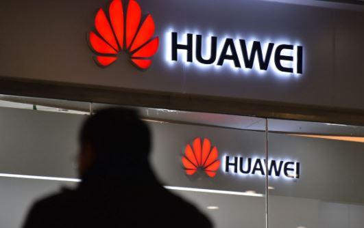 Un hombre pasa frente a una tienda de Huawei en Beijing el 10 de diciembre de 2018. (GREG BAKER / AFP / Getty Images)
