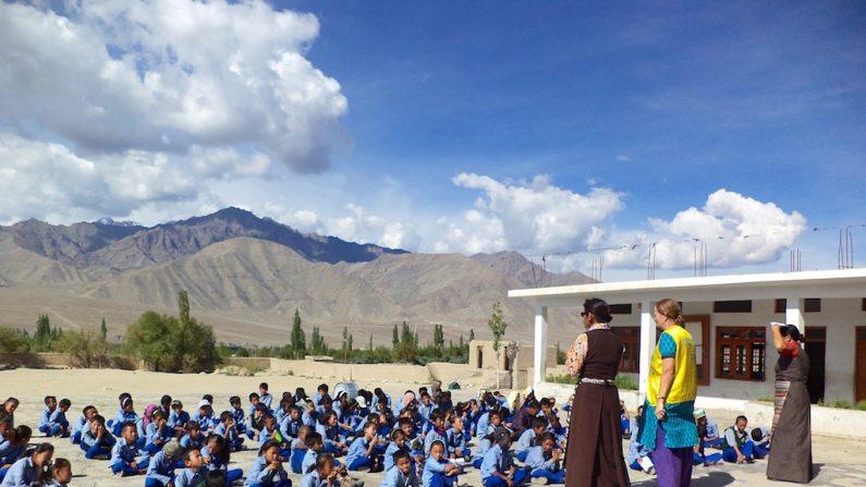 Niñas de una escuela en una remota área de India aprenden la meditación de Falun Dafa.(Crédito: Minghui.org)