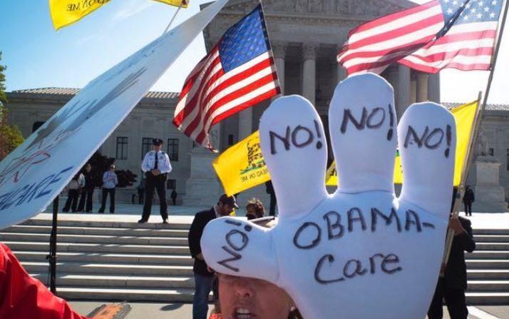 Una protesta de partidarios del Tea Party fuera de la Corte Suprema de EE. UU. en el tercer día de argumentos orales sobre la constitucionalidad de Obamacare, en Washington el 28 de marzo de 2012. (Mladen Antonov / AFP / Getty Images)