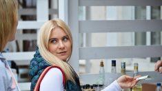 Una tierna mamá entrometida habla de su hijo en el supermercado y logra conseguirle una gran cita