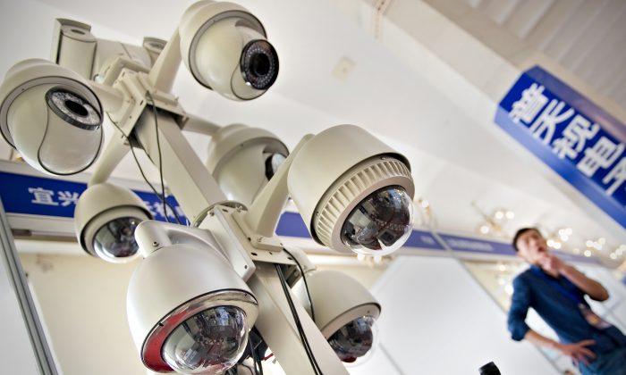 Un hombre observa una exhibición de cámaras de vigilancia en una exposición internacional sobre seguridad pública en Shangai, el 27 de abril de 2011. (Philippe Lopez/AFP/Getty Images)