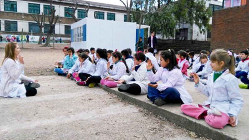 La meditación en escuela de Uruguay transforma estudiantes violentos en niños tolerantes y tranquilos