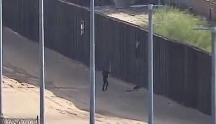 El 10 de diciembre de 2018, un video capturó a una niña que se caía del muro fronterizo de más de 5 metros de altura, cerca de Yuma, Arizona. (Aduanas y Protección Fronteriza de EE.UU.)