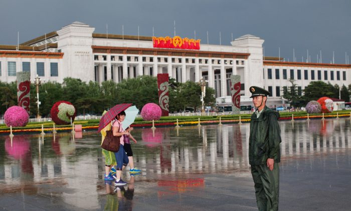 Un policía paramilitar chino hace guardia en la plaza de Tiananmen el 9 de junio de 2012 en Beijing. Se celebró una vigilia con velas en Hong Kong para conmemorar a las víctimas de la masacre del 4 de junio de 1989 en la Plaza de Tiananmen en Beijing. (Lintao Zhang/Getty Images)