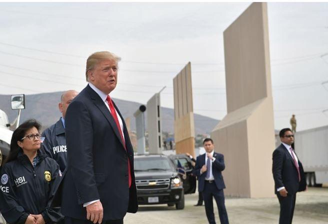 El presidente Donald Trump inspecciona los prototipos de los muros fronterizos en San Diego, California, el 13 de marzo de 2018. (Mandel Ngan / AFP / Getty Images)