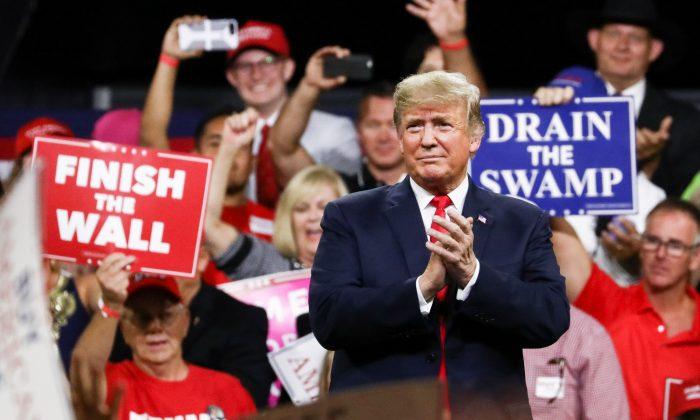 "Presidente Donald Trump en un acto de ""Make America Great Again"" en Johnson City, Tenn., el 1 de octubre de 2018. (Charlotte Cuthbertson/The Epoch Times)"