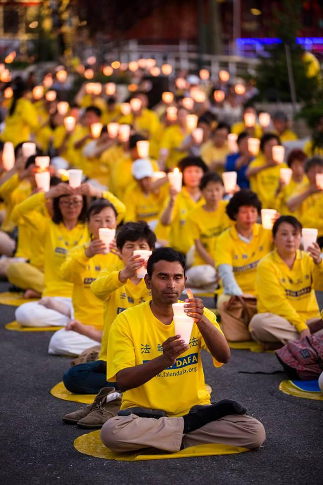 Suman participa en una velada grupal para pedir el fin de la persecución a Falun Dafa en China. Crédito: Edward Dai / Epoch Times