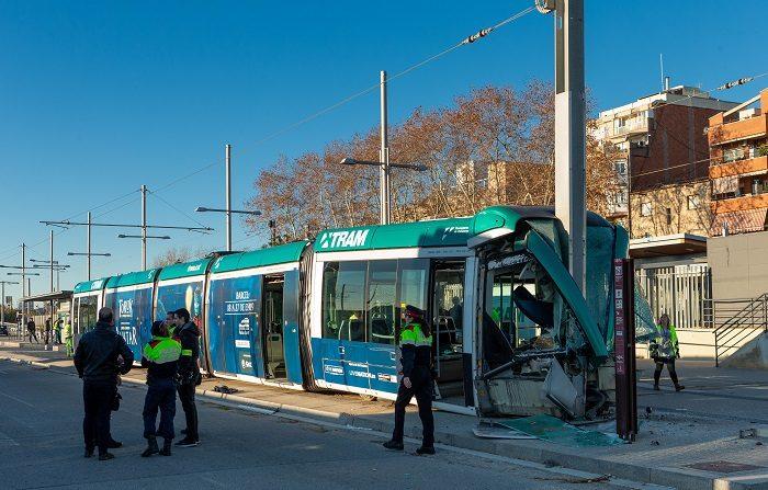 Personal del Trambesòs junto al convoy que sufrió un accidente hacia las 08:45 en la estación de Sant Adrià (Barcelona). EFE