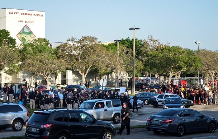 La comisión estatal que investiga en Florida el tiroteo que acabó con la vida de 17 personas en una escuela de Parkland en febrero de 2018 recomendó en su informe final capacitar a los maestros que lo deseen en el uso de armas de fuego. EFE/ Cristobal Herrera