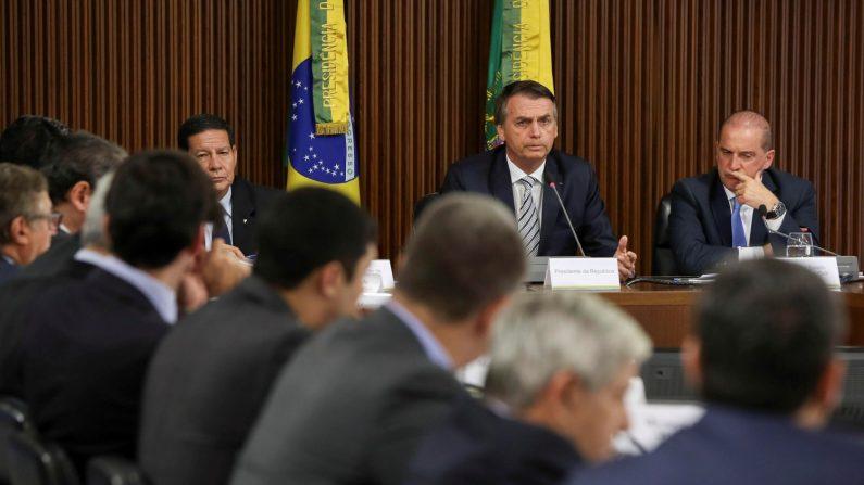 Fotografía cedida por la Agencia Brasil que muestra al presidente de Brasil, Jair Bolsonaro (c), junto a su ministro jefe de la Casa Civil, Onix Lorenzone (d), y al vicepresidente, el general en la reserva del Ejército Hamilton Mourao (i), durante la primera reunión de su Consejo de Gobierno, en Brasilia, Brasil. (EFE/ Marcos Corrêa)