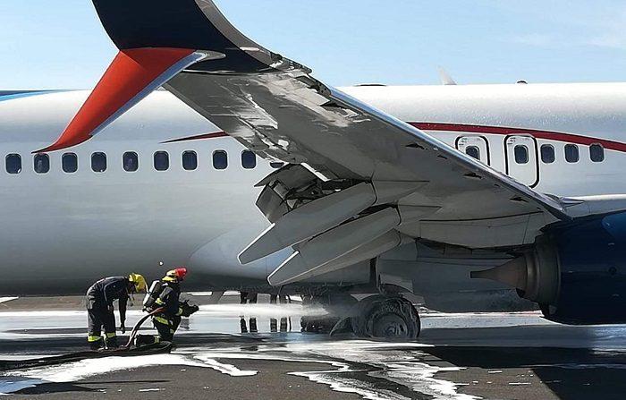 Un avión de Aeroméxico fue hoy evacuado de emergencia, sin que se reporten lesionados, cuando al aterrizar en la ciudad mexicana de Guadalajara se incendiaron sus neumáticos, informó la aerolínea. EFE/Carlos Rosas