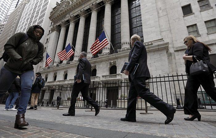 La economía estadounidense cerró 2018 con la creación de 2,64 millones de nuevos puestos de trabajo a lo largo del año, después de un registro positivo en diciembre pese al cual el paro subió dos décimas respecto al mes anterior, hasta el 3,9 %, informó hoy el Gobierno. EFE/Peter Foley