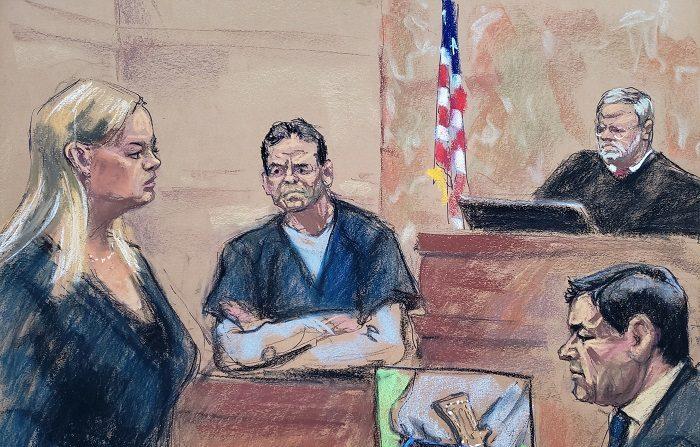 """Reproducción fotográfica de un dibujo realizado por la artista Jane Rosenberg donde aparecen Amanda Liskamm (i), asistente del fiscal de Estados Unidos, Adam Fels; Vicente Zambada (c), hijo de Ismael """"El Mayo"""" Zambada y uno de los testigos principales en el juicio por narcotráfico contra Joaquín """"El Chapo"""" Guzmán, y Joaquín """"El Chapo"""" Guzmán (d), durante la continuación del juicio por narcotráfico contra el narcotraficante, hoy en el tribunal del Distrito Sur en Brooklyn, Nueva York (EE.UU.). EFE/Jane Rosenberg"""