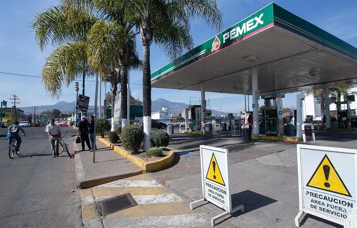 """Petróleos Mexicanos (Pemex) informó hoy de que incrementó los operativos para distribuir gasolina después que en al menos ocho estados mexicanos hay escasez, y aseguró que el abasto se normalizará """"lo antes posible"""". EFE"""