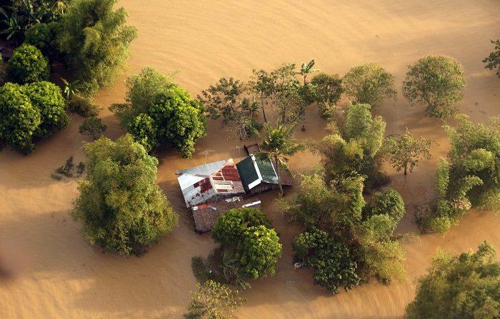 Foto proporcionada por la División de Fotógrafos de la Presidencia (PPD) que muestra casas inundadas filmadas desde el helicóptero del presidente Rodrigo Duterte durante una inspección aérea de las áreas afectadas por el tifón Usman, en la provincia de Camarines del Sur. Según un informe del Consejo Nacional de Gestión y Reducción de Desastres (NDRRMC), el número de muertos asciende a 126 y a 26 los desaparecidos. EFE/EPA/REY BANIQUET/PPD HANDOUT HANDOUT EDITORIAL USE ONLY/NO SALES