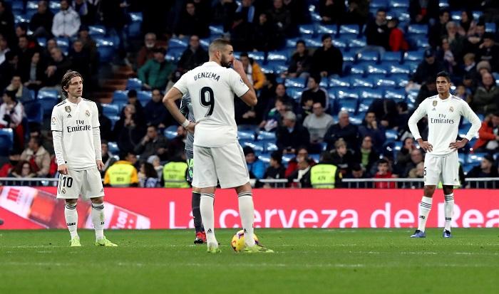 Los jugadores del Real Madrid tras el segundo gol de la Real Sociedad, durante el partido de la jornada 18ª de Liga en Primera División que Real Madrid y Real Sociedad disputan esta tarde en el estadio Santiago Bernabéu, en Madrid. EFE/Kiko Huesca