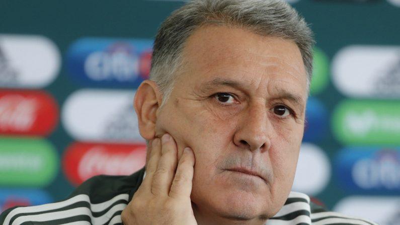 El argentino Gerardo 'Tata' Martino, quien cumplirá 60 años el día antes de empezar el Mundial de Catar 2022, asiste a su presentación como nuevo Director Técnico de la Selección Nacional de Fútbol de México hoy en Ciudad de México. (EFE)
