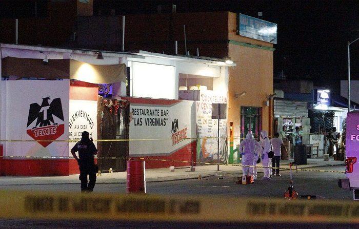 Las autoridades mexicanas detuvieron a dos presuntos autores materiales del tiroteo en un bar de la turística Playa del Carmen en el que fallecieron siete personas, informó hoy fiscalía del suroriental estado de Quintana Roo.. EFE/Lourdes Cruz