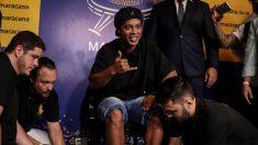 Ronaldinho recibe homenaje en el Maracaná registrando sus pies en el paseo de la fama