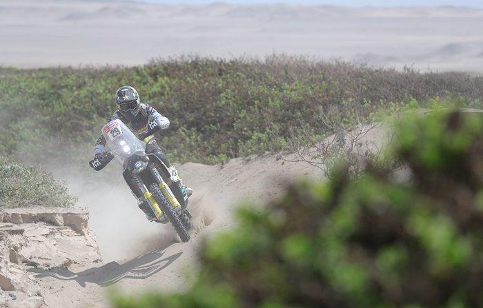 El estadounidense Andrew Short conduce su motocicleta Husqvarna hoy durante la tercera etapa del Rally Dakar 2019 entre San Juan de Marcona y Arequipa (Perú). EFE/ Ernesto Arias