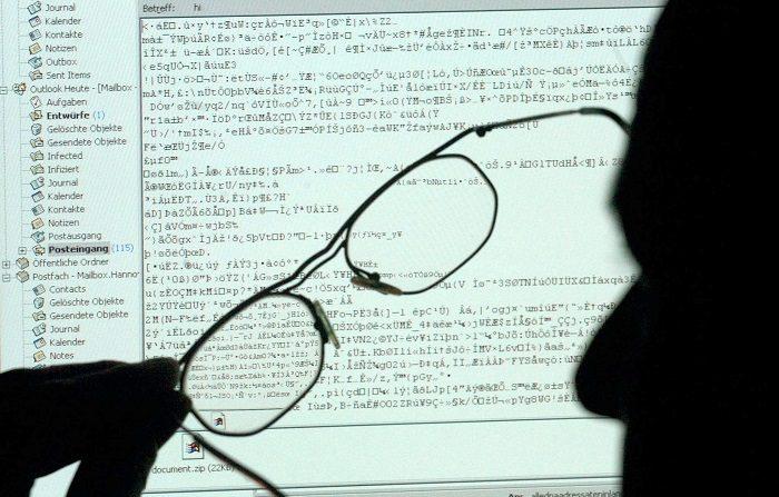 Mientras el ritmo y la magnitud de los ataques aumentan en todo el mundo, la encuesta mostró que en numerosos países sus habitantes creen que los datos gestionados por el Gobierno, la infraestructura informática y los resultados de futuras elecciones serán el blanco de próximos ataques informáticos.  EPA/Kay Nietfeld