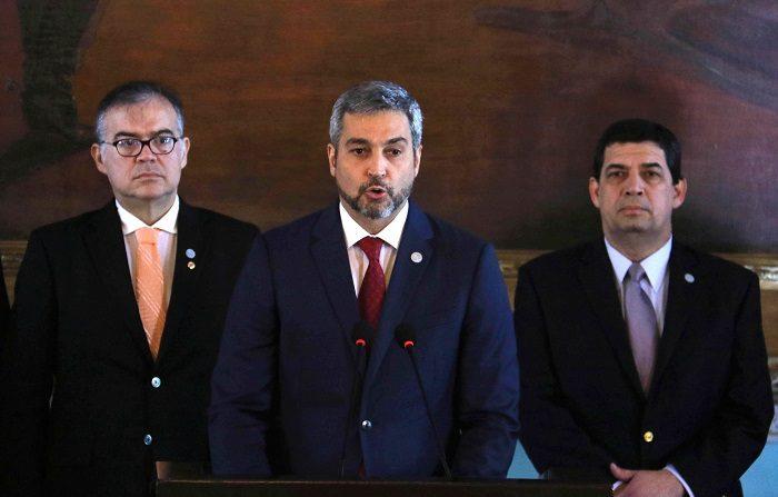 El presidente de Paraguay, Mario Abdo Benítez (c). EFE/Andrés Cristaldo