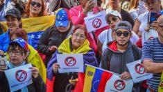 Venezolanos protestan contra Maduro frente a la embajada de su país en Lima