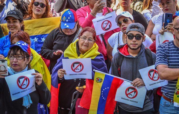 Decenas de venezolanos protestaron hoy en los exteriores de la embajada de Venezuela en Perú. EFE/Giorgio Viera